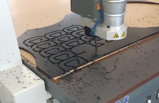 Wycinanie CNC, frezowanie, skrawanie, obróbka różnych materiałów, możliwość cięcia dużych arkuszy