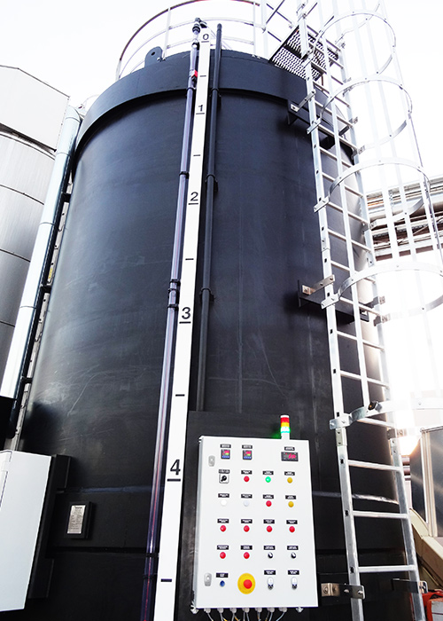 Zbiornik stężonego ługu sodowego posadowiony na terenie zakładu