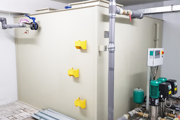 Wewnętrzny zbiornik rezerwowy na wodę pitną z płyt tworzywa sztucznego zabudowany wewnątrz pomieszczenia