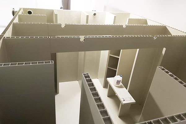 Modułowy wewnętrzny zbiornik ppoż. 18000 litrów w trakcie montażu wewnątrz budynku