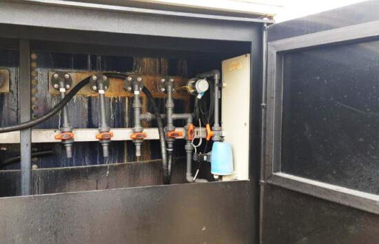 Tworzywowe szafy do zabudowy pomp załadunkowych zbiorników – magazynu chemikaliów