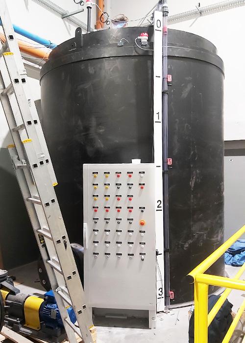 zbiornik dozorowy UDT do magazynowania HCl 37% produkowany z tworzywa PEHD montaż wewnątrz pomieszczenia, pojemność 15 metrów sześciennych