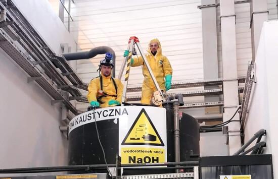 usługa czyszczenia zbiorników bezciśnieniowych dozorowych magazynowych NaOh podchloryn rewizja UDT naprawa